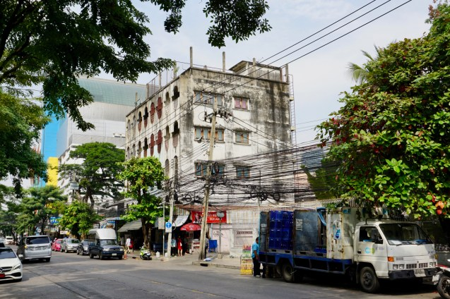 Straßenzug in der Metropole Bangkok