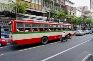 Vollbesetzer Bus mitten in Bangkok