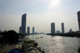 Sonne, Skyscraper und der Chao Phraya