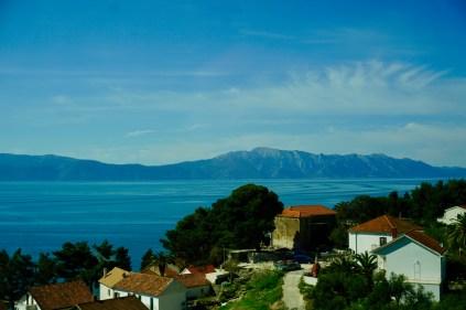 Küste mit Häusern und Bergen