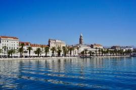 Promenade mit Palmen und Altstadt