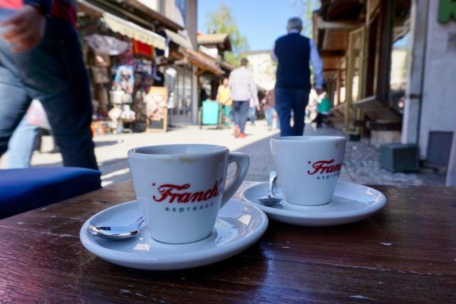 Espresso-Tassen in der Fußgängerzone