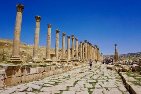 Alte Allee einer Ruinen-Stadt