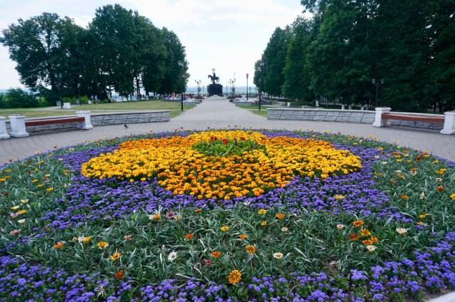 Blumenbeet in gelb und lila