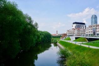Grüner Stadtpark im Juli