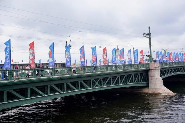 Fahnen am Brückengeländer