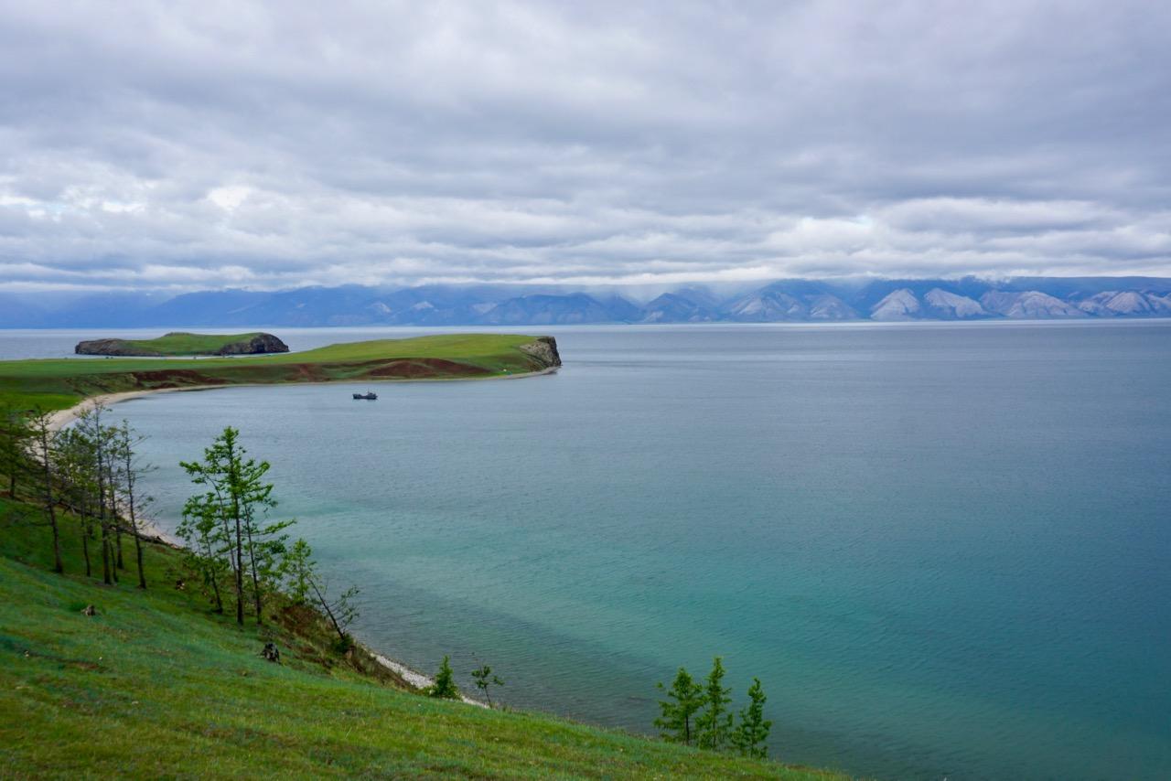Blauer See und grüne Wiesen in Sibirien