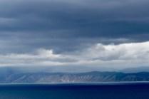 Wolken und Berge am Baikal-See