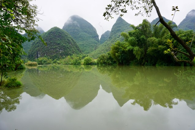 Grünes Fluss-Ufer in China