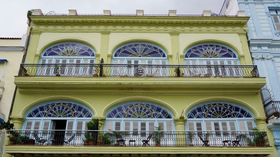 Hellgelbes Kolonialhaus mit Balkonen