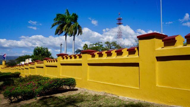 Gelbe Mauer einer ehemaligen Kaserne