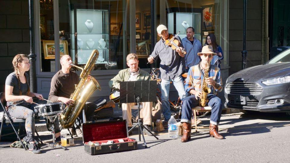 Straßenmusiker mit Blasinstrumenten