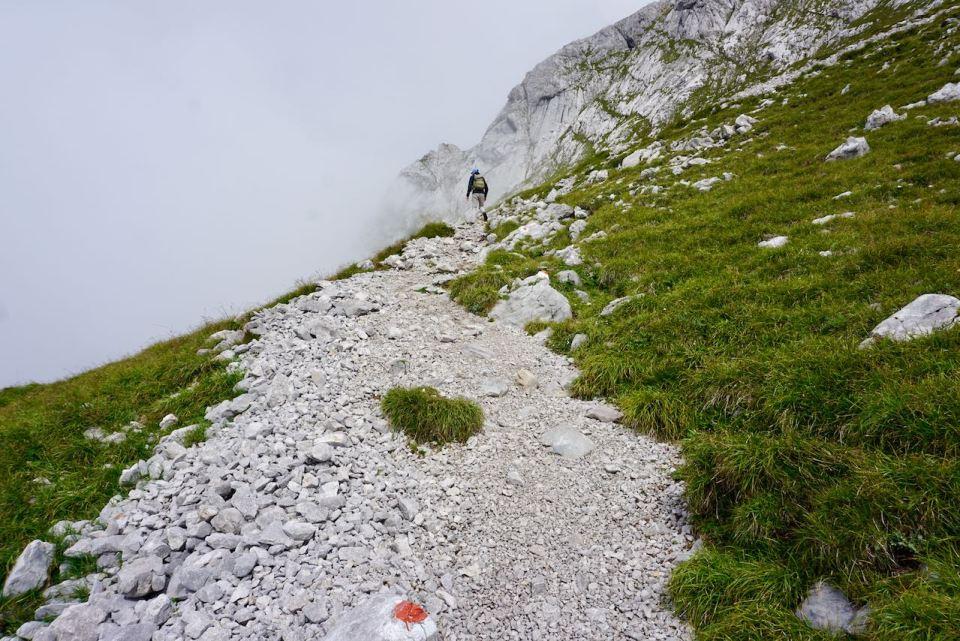 Der Wanderweg führt über rutschiges Geröll nach oben