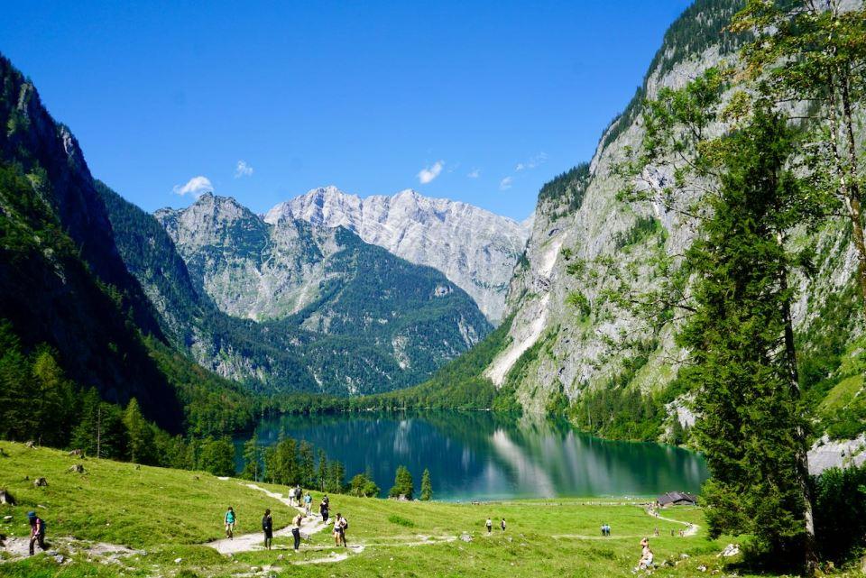 Zwischen den Berge liegt eingerahmt der kleine Obersee
