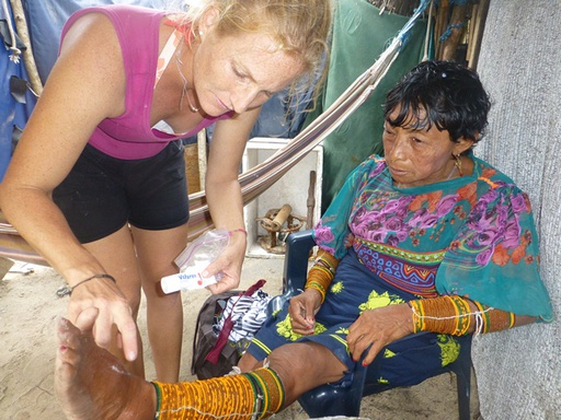 13-03-03_san-blas-islands-panama_sabine-applying-cream.JPG