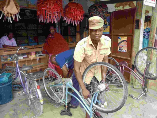 2011-07-12_tanga_putting-bike-together.JPG