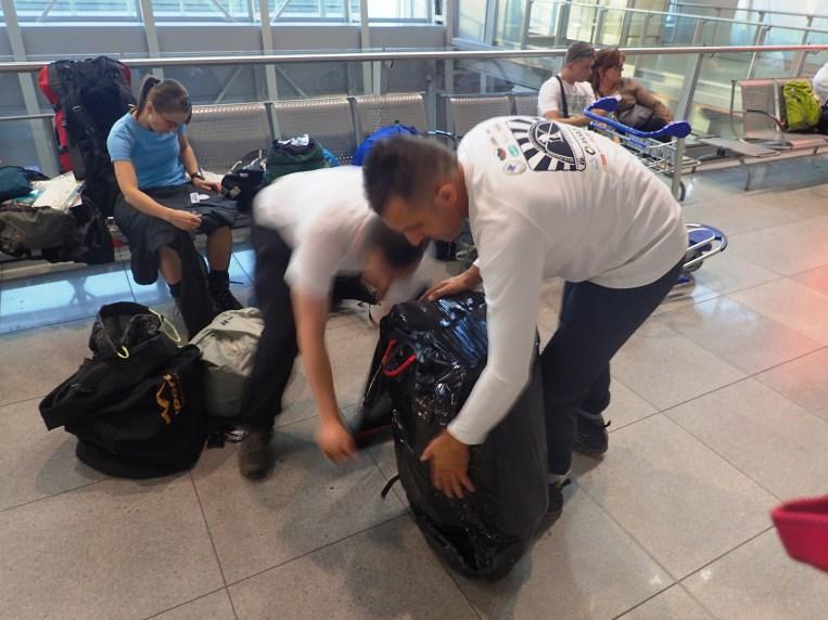 Pakowanie nadbagażu na lotnisku w Warszawie.