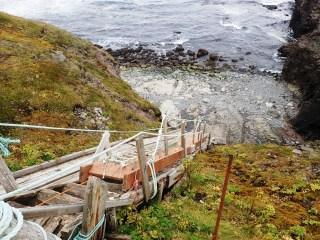 Po tej pochylni latarnik wciąga zapasy które przypływają łodzią.