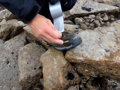 Buty pękają od ostrych skał.