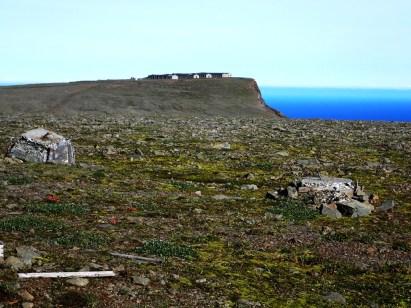 Betonowe baraki. Pozostałość po bazie radarowej DEW.