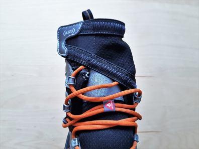 Elastyczna patka - widok z przodu buta.