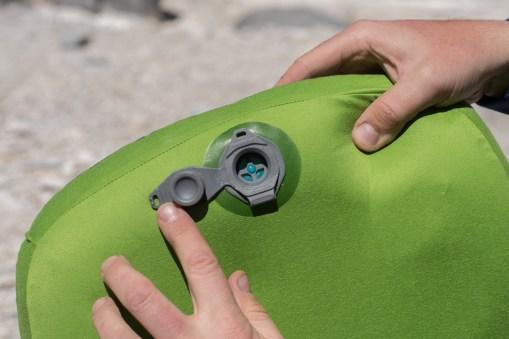Otwarty górny zawór pozwala na dmuchanie bez uciekania powietrza oraz na kontrolowane wypuszczanie nadmiaru powietrza.