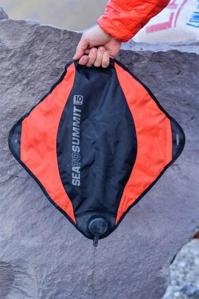 """Pack Tap 10l - """"płaszczka"""" na wodę z praktycznymi uchwytami."""