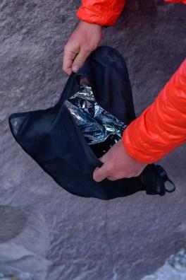 Pack Tap 10l - bukłak mimo dwóch warstw ma praktyczny zamek i łatwo dobrać się do środka.