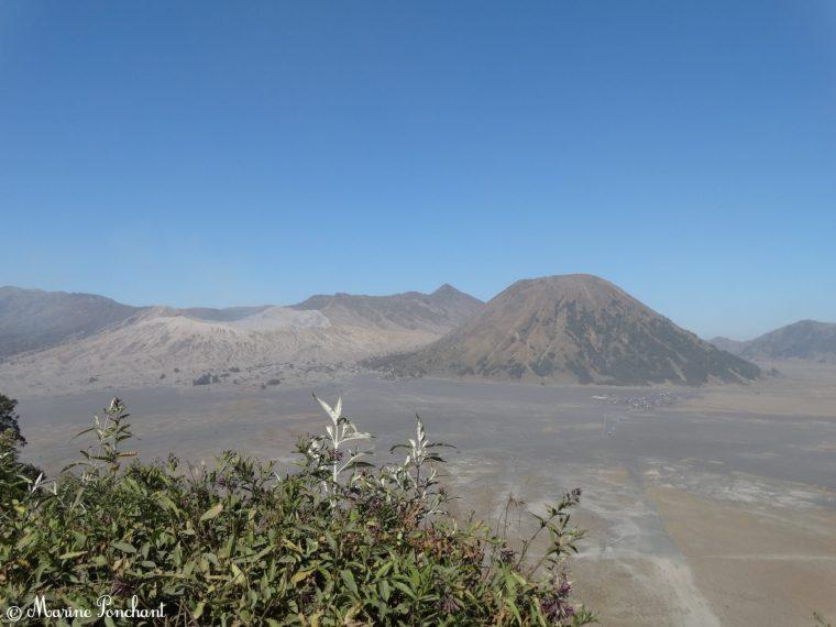 Vue panoramique sur le volcan Bromo depuis le village