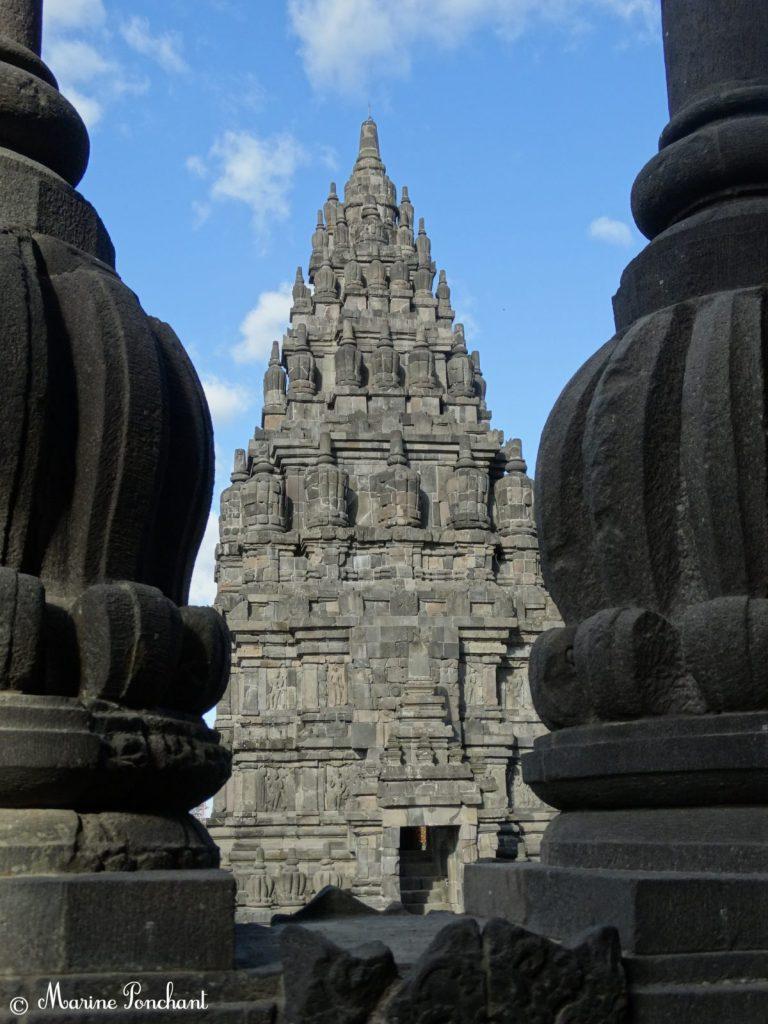 Vue d'une colonne sur l'autre aux temples Prambanan