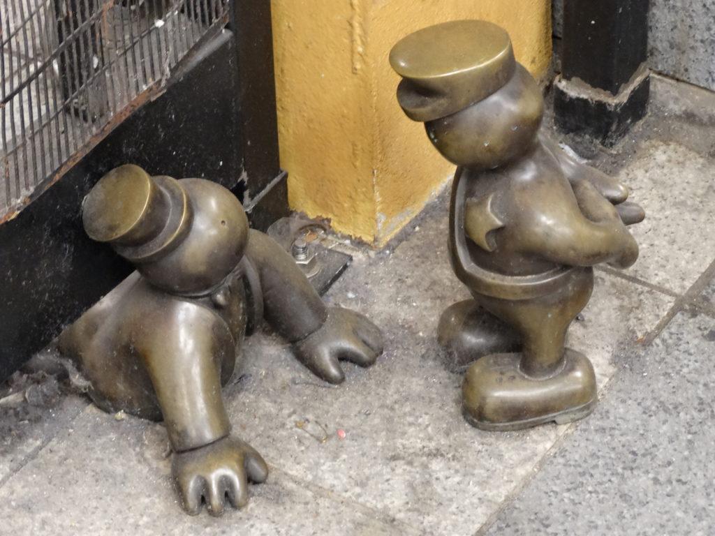 Prisonnier et policier en bronze