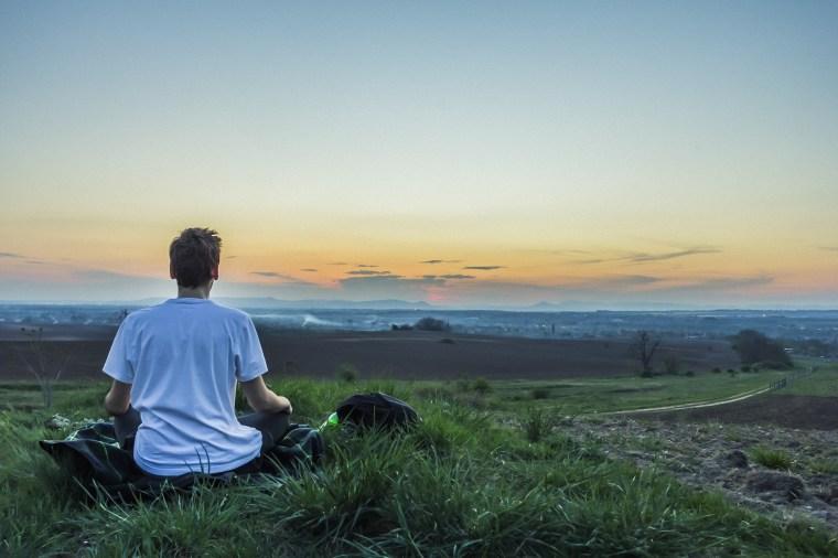 Zen devant un beau paysage pendant une randonnée