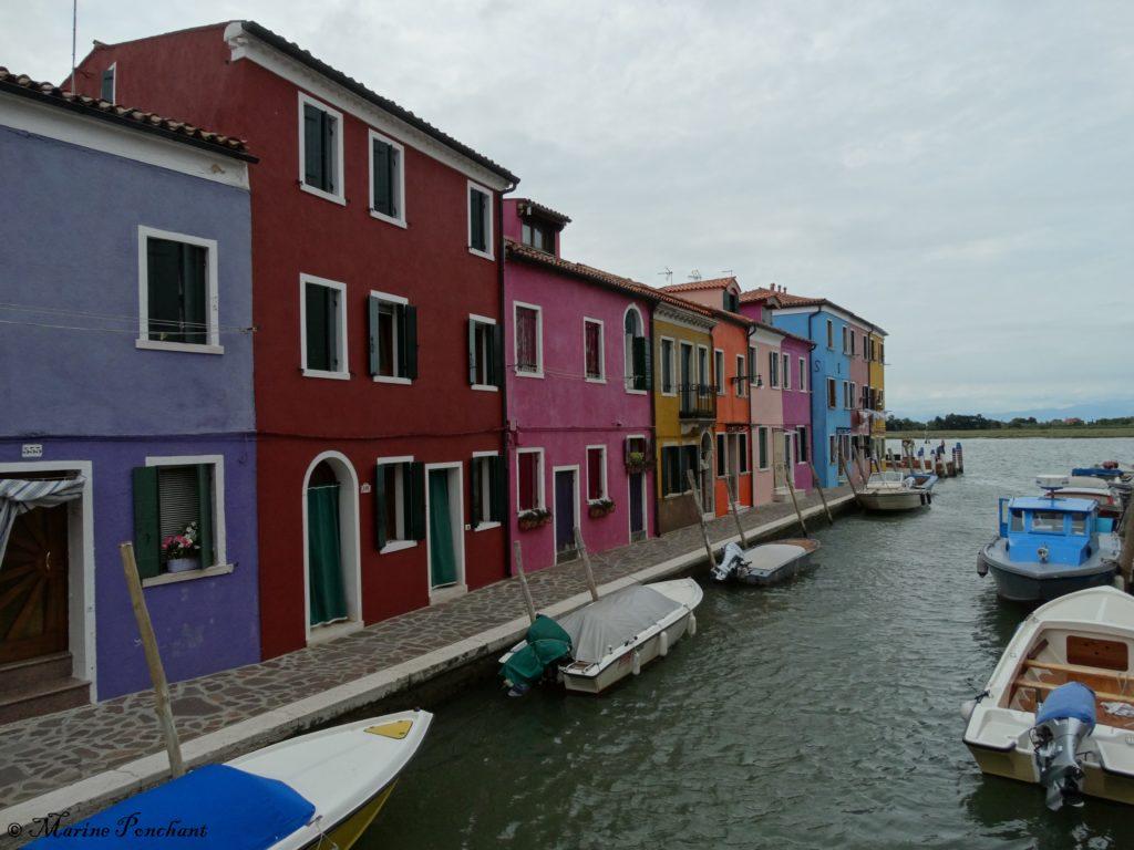 Canal coloré donnant sur la mer