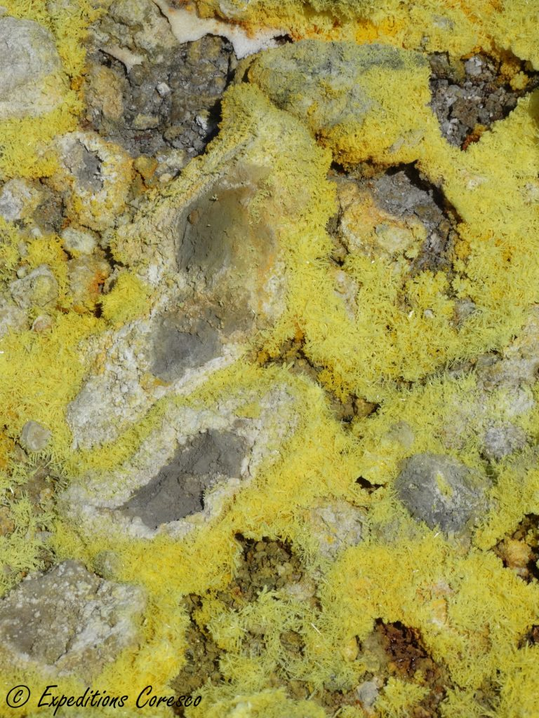 Souffre jaune en haut du Vulcano