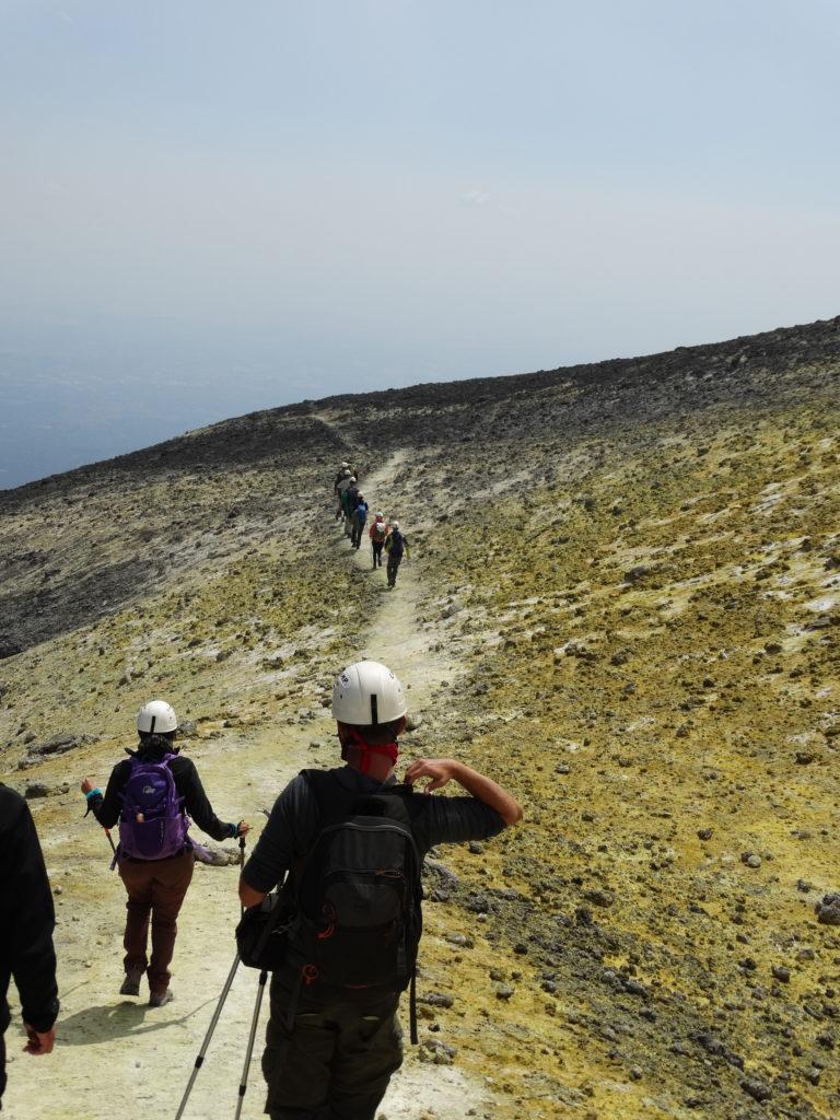 Marche sur les hauteurs soufrées de l'Etna