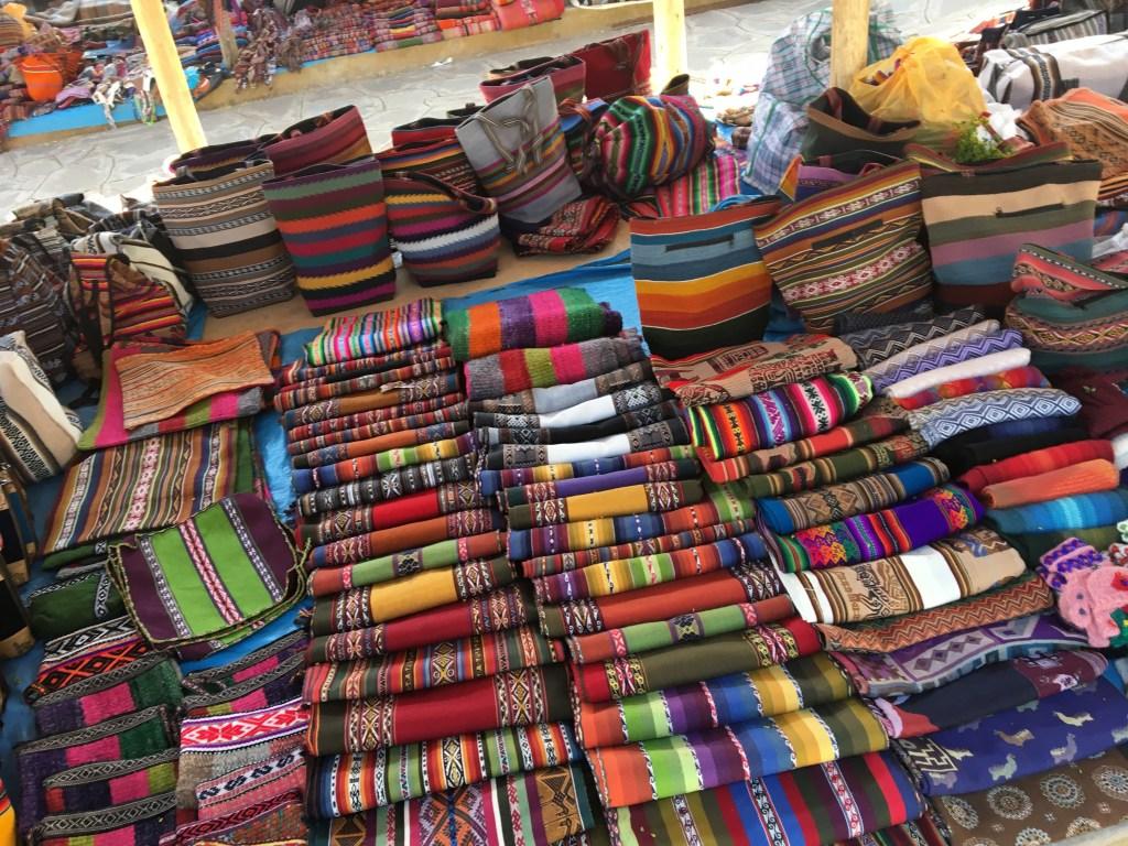 Tissus colorés des marchés traditionnels péruviens