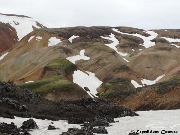 Neige d'été sur les montagnes Islandaises