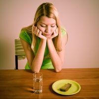 femme qui boude devant la nourriture