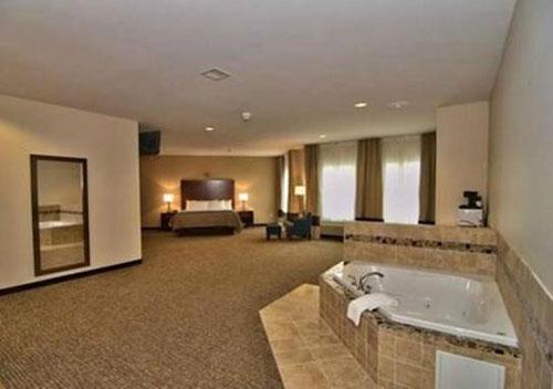 Comfort-Inn-Apalachin-Tioga-County-NY-Jacuzzi-Room