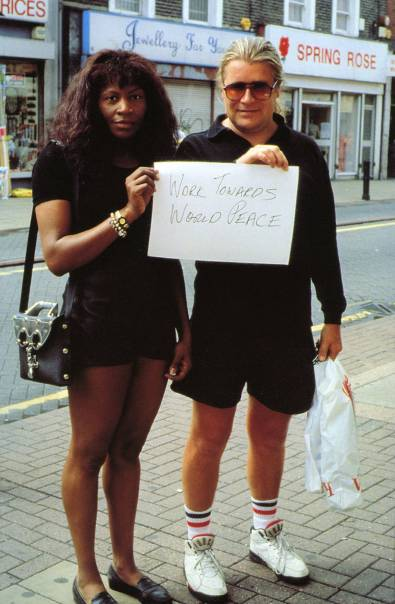 maureen-paley-gillian-wearing-artwork-signs-that-say-what-you-want-them-to-say-1992-3-3