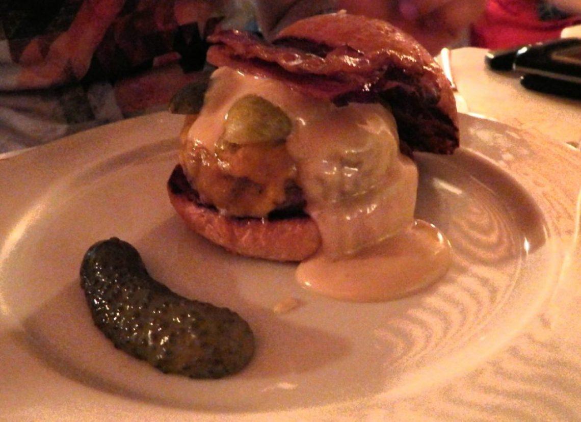 Hooligan - pão de hambúrguer, hambúrguer, queijo reino, picles, bacon e maionese horseradish.