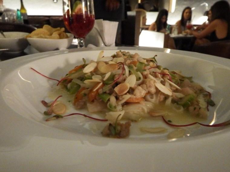 Rice noodles com curry de frango orgânico e mini legumes. Foto: ExperiMenteSP