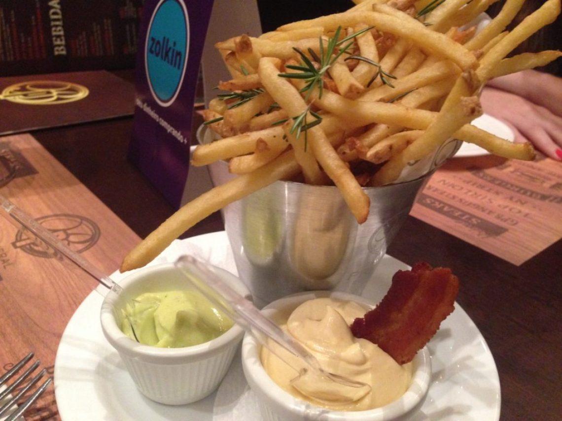Rosemary Fries - Batata super fina com alecrim. Com maionese da casa e maionese de bacon como companhamento. Foto: ExperiMenteSP
