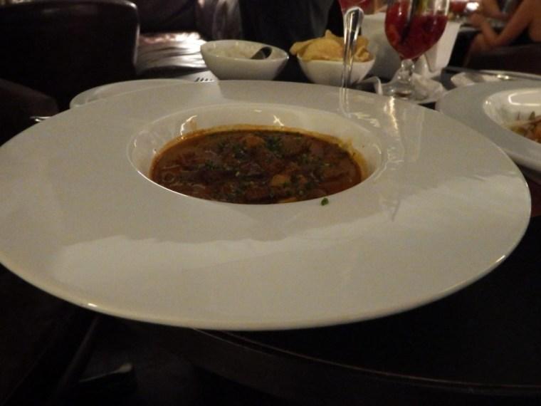 Strogonoff de filé com arroz e batata gaufrette. Foto: ExperiMenteSP