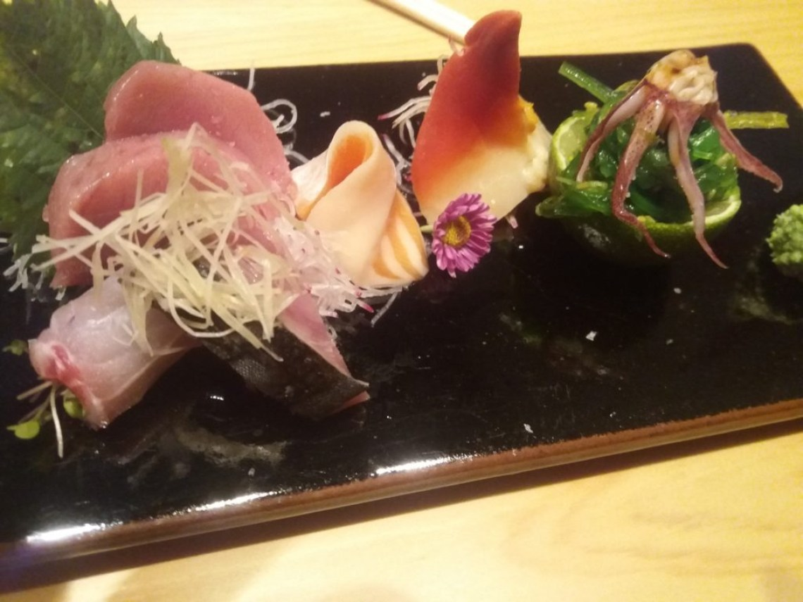 sashimis-atum-peixe-serra-barriga-salmao--toro-sushi-hokkigai-wakame-salad-lula-toro-sushi