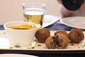 Curryballs - Bolinhas de carne ao curry. Boteco Kognisallee