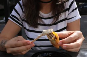 Harumonkey Harumaki recheado com hamburguer e cheddar e maionese trufada - Foto: ExperimenteSP