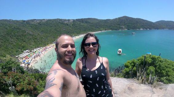 arraial-do-cabo-regiao-dos-lagos-felipe-bruna-mirante-praia-do-forno-credito-experimentesp