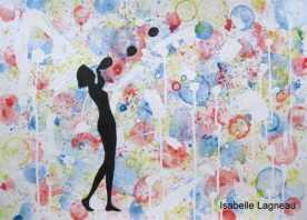 Femme soufflant des bulles de savon