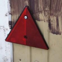 Foto von dreieckigen, roten Rückstrahlern